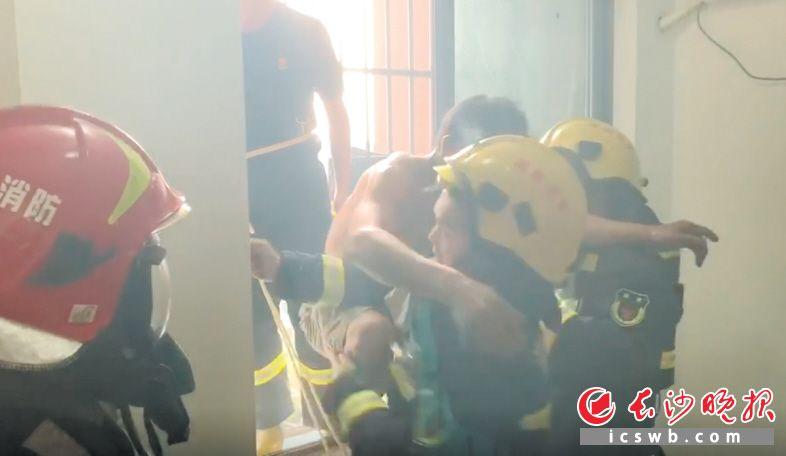 消防员将7楼窗户破开,先后将轩轩和彭师长救出。视频截图