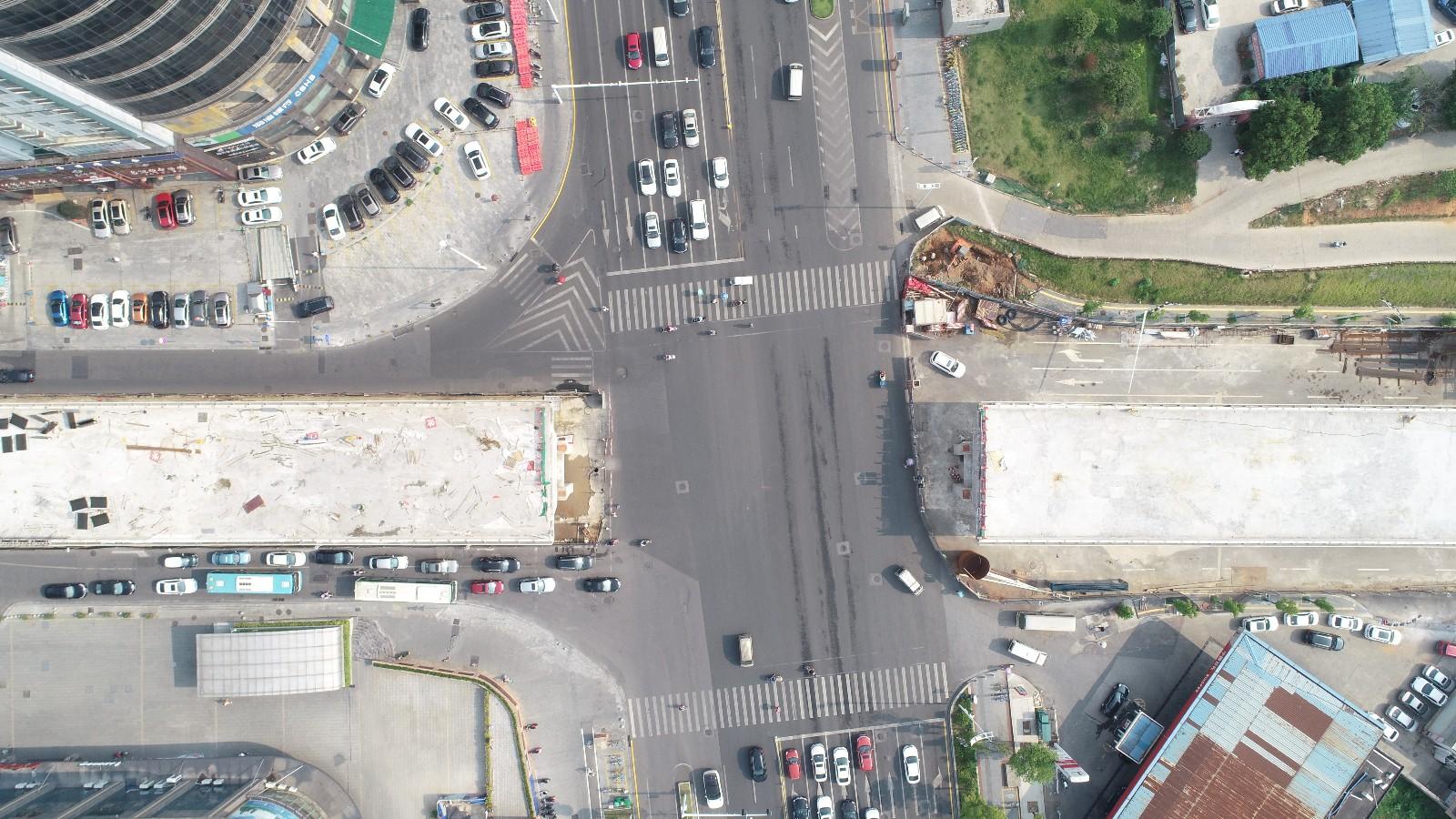 今日,新建西路跨线桥正式开始最后一联上跨芙蓉路钢箱梁施工,预计本月底实现吊装合拢,9月底实现通车。均为长沙晚报全媒体记者 余劭劼 摄