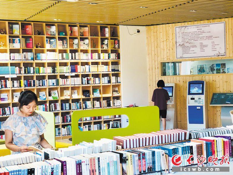 马栏山文创园内的自助图书馆面积最大、设施最好,吸引了浩瀚读者来看书借书、进行运动。长沙晚报全媒体记者 李卓 摄