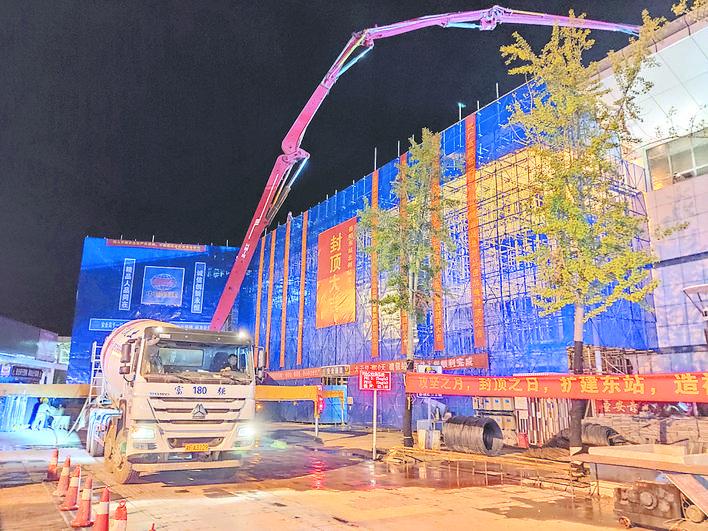 岳阳东站北侧站房加盖项目主体工程封顶