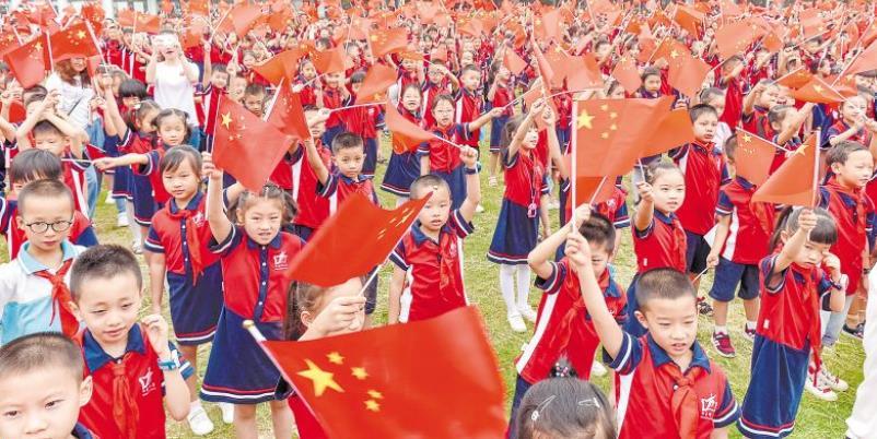 """开学第一天,校园溢满""""中国红"""""""