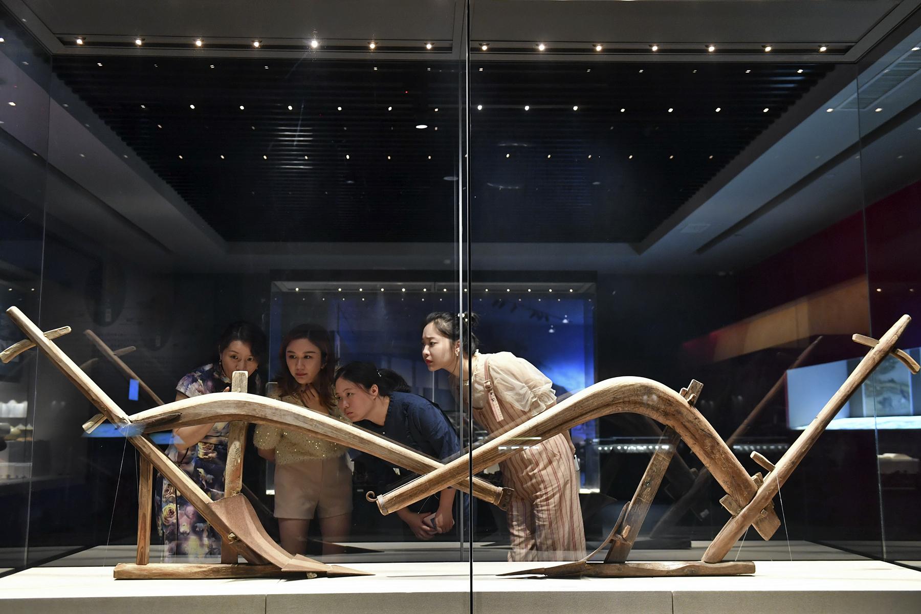 陈设在展厅中央的曲辕犁是极具代表性的农耕用具之一。 长沙晚报全媒体记者 王志伟 摄