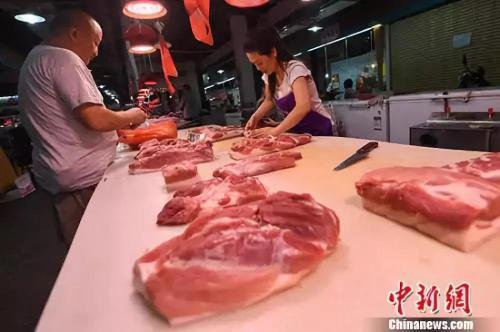 资料图:民众在菜市场选购猪肉。<a target='_blank' href='http://www.chinanews.com/'>中新社</a>记者 武俊杰 摄