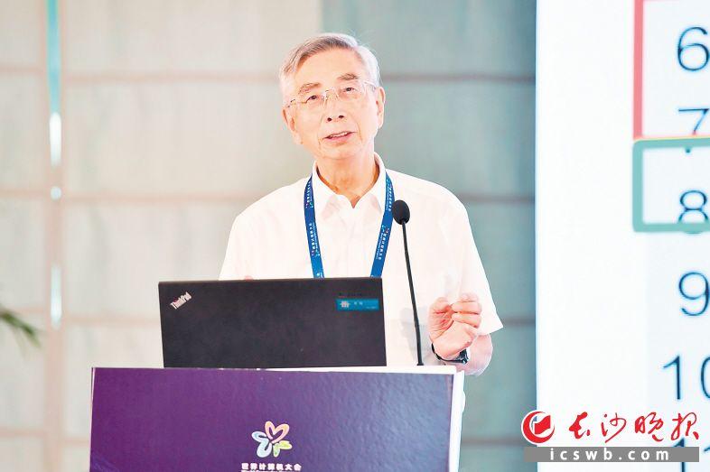 中国工程院院士倪光南在主题论坛上发言。