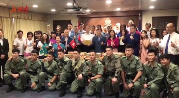 [湘视频·目击香港]中秋佳节 香港市民撑警送月饼感谢