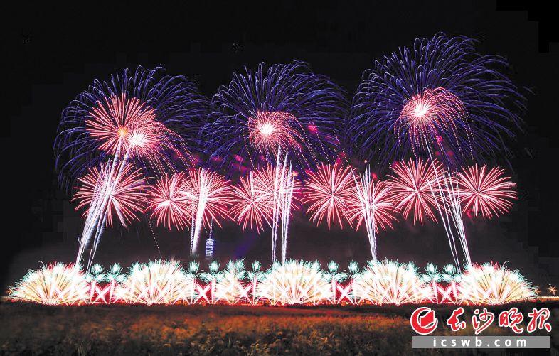焰火主色调采用了充满激情和活力的中国红。长沙晚报通讯员 田应会 摄