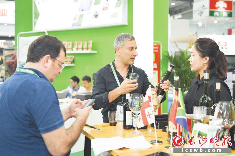 2018年国际食品餐饮博览会现场,外国采购商在品尝采购红酒。长沙晚报全媒体记者 黄启晴 摄(资料图片)