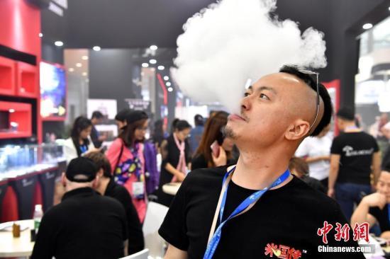 资料图:烟民使用电子烟吐雾。 <a target='_blank' href='http://www.chinanews.com/'>中新社</a>记者 陈文 摄