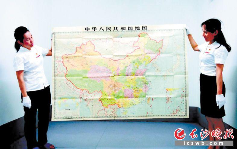 收藏于胡耀邦同志纪念馆库房的中国地图原件,上面密密麻麻地留下了胡耀邦在全国考察调研的标注。 长沙晚报通讯员 彭红霞 摄