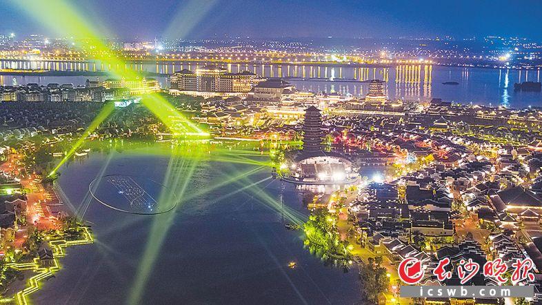 夜色中的铜官窑古镇灯火璀璨。 长沙晚报全媒体记者 邹麟 摄
