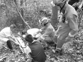 大一新生拍照时不慎坠落悬崖 岳麓山上演50分钟生死救援