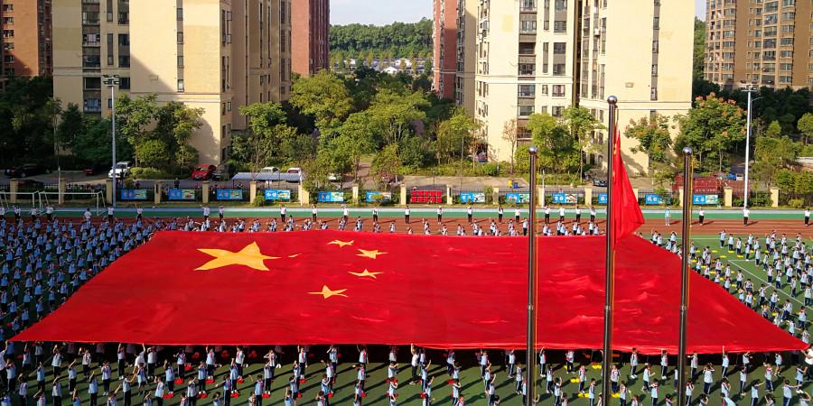"""小学生摆出巨幅""""中国""""""""70""""字样喜迎新中国70华诞"""