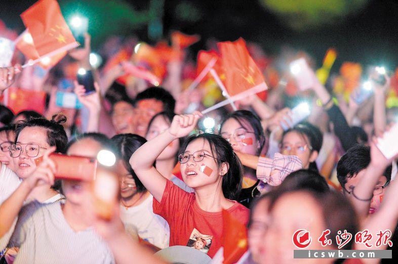 ↓9月28日晚上,湖南中医药大学举行晚会,万名学子聚集操场,共同庆祝新中国成立70周年。