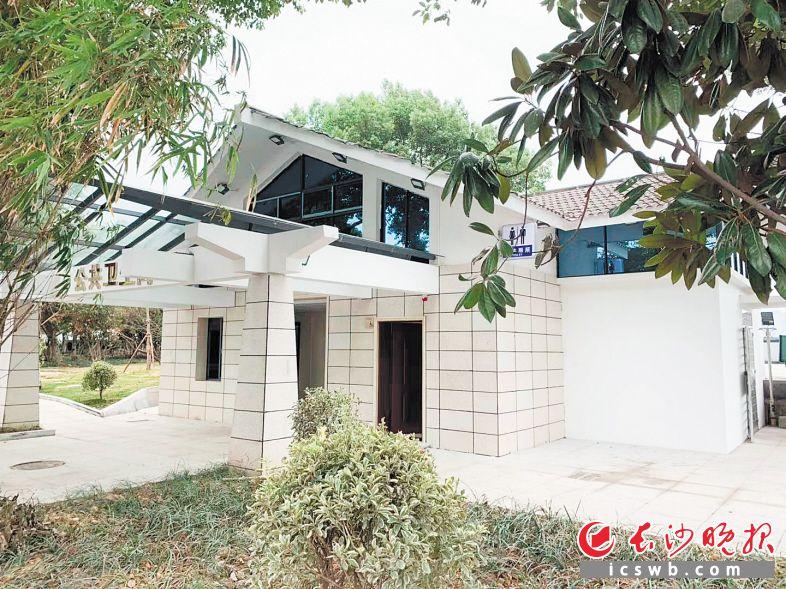 提质改造后,湘江风光带上这座公厕看上去整洁漂亮。长沙晚报全媒体记者 邓艳红 摄