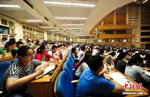 考生们参加考研培训班,备战考研。<a target='_blank' href='http://www.chinanews.com/'>中新社</a>记者 张勇 摄