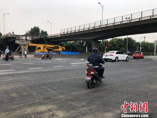 桥下事发路段的路面已基本恢复并恢复通车。 孙权 摄
