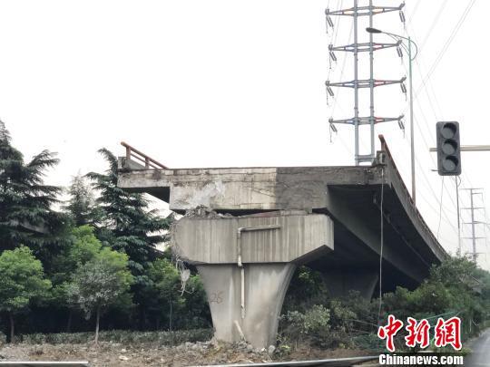 无锡桥面侧翻事故后的桥梁两侧。 孙权 摄