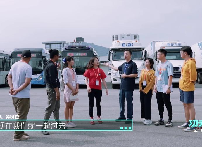 《功夫学徒》外国青年感叹:中国5G公交原来这么酷!