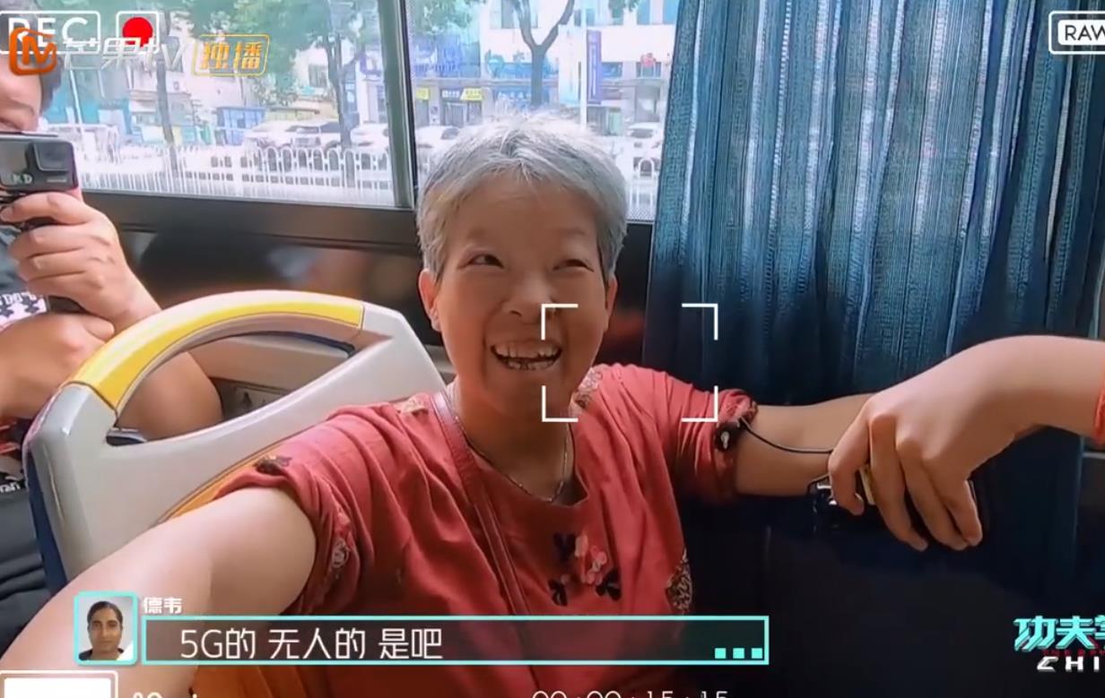 长沙娭毑向外国人安利5G公交