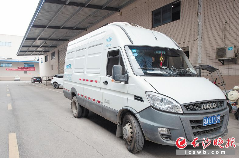 9月19日9时35分 地点:长沙霞凝新港的疫苗冷库 疫苗将全程采用冷藏车运输。冷藏箱和冷藏车的双重冷藏环境,保证疫苗的运输温度控制在2℃至8℃。