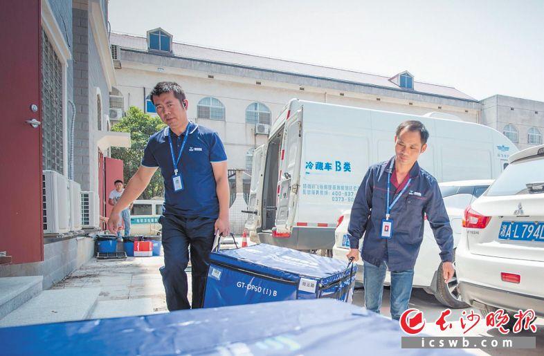 9月19日9时33分 地点:长沙霞凝新港的疫苗冷库 复核确认后,负责运输的工作人员将疫苗装入冷藏箱内,准备装车运输。