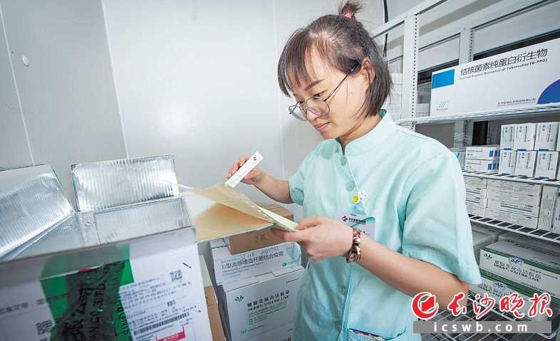 9月19日11时50分 地点:长沙县星沙街道社区卫生服务中心 在确认疫苗运输过程符合冷链要求后,接种门诊工作人员将疫苗从冷藏车中取出并运送至门诊的冷库,并进一步核对。