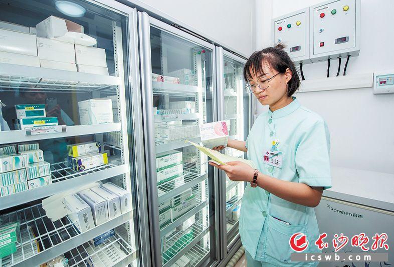 9月19日12时 地点:长沙县星沙街道社区卫生服务中心 接种门诊工作人员接收疫苗后,将免疫规划疫苗和非免疫规划疫苗分别存进冰箱。冰箱的储存温度控制在规定范围内。每天安排专人进行两次温度登记,并在下班前对疫苗进行盘存。