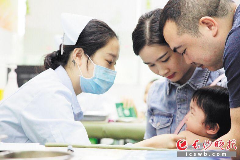 """9月23日 地点:长沙县星沙街道社区卫生服务中心 接种医务人员按照 """"一人一剂次一扫码""""的要求,进行扫码接种。"""