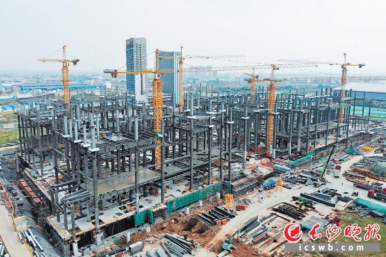 长沙国际会议中心目前正在进行钢结构施工,预计年底封顶,明年10月具备承办会议的能力。 长沙晚报全媒体记者 王志伟 通讯员 冯锐 摄影报道