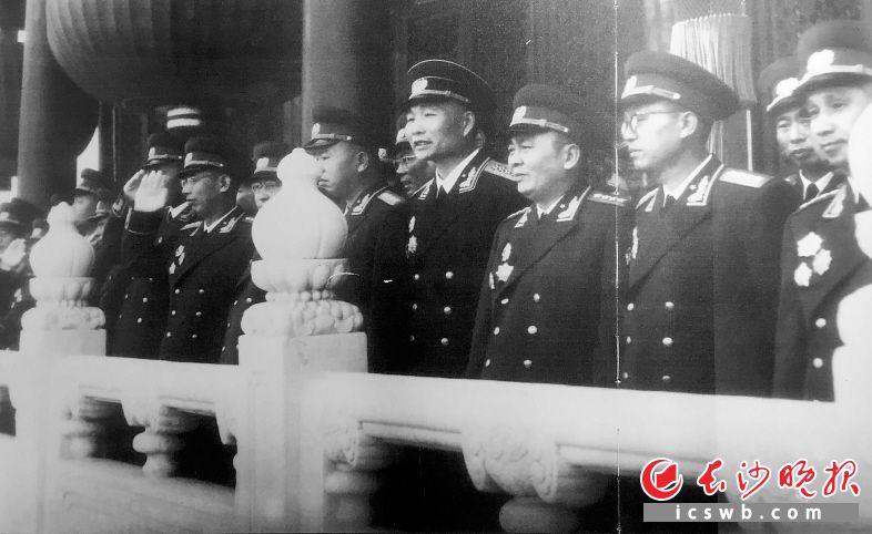 1955年,萧劲光(前排右四)在天安门参加国庆观礼。资料图片