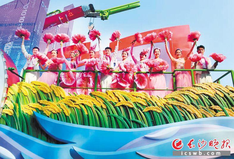 10月1日,同學們在湖南彩車上表演。湖南師范大學供圖