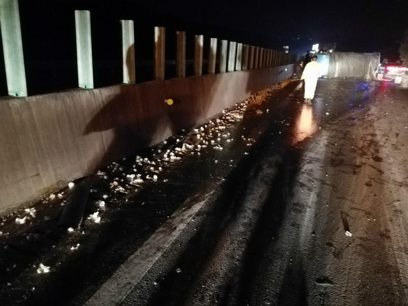 货车在高速上翻了,2000多斤鸡蛋碎了