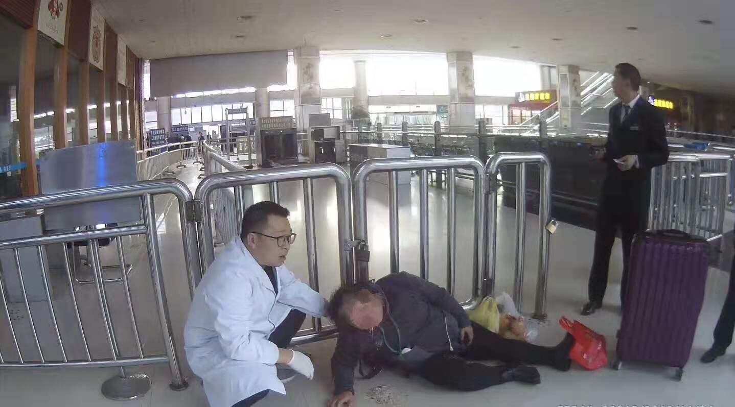 """湖南一女子带散装酒坐高铁,被安检拦后当场""""吹瓶"""",结果…"""
