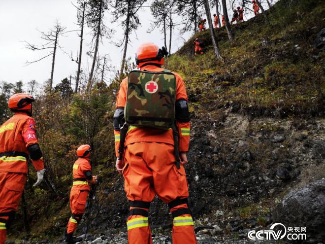 """玉龙森林消防大年夜队在无人区进行""""山峰救援""""练习训练。(何川 摄)"""