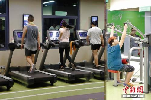 8月23日晚,上海民众在健身房锻炼身体。 <a target='_blank' href='http://www.chinanews.com/'>中新社</a>记者 殷立勤 摄
