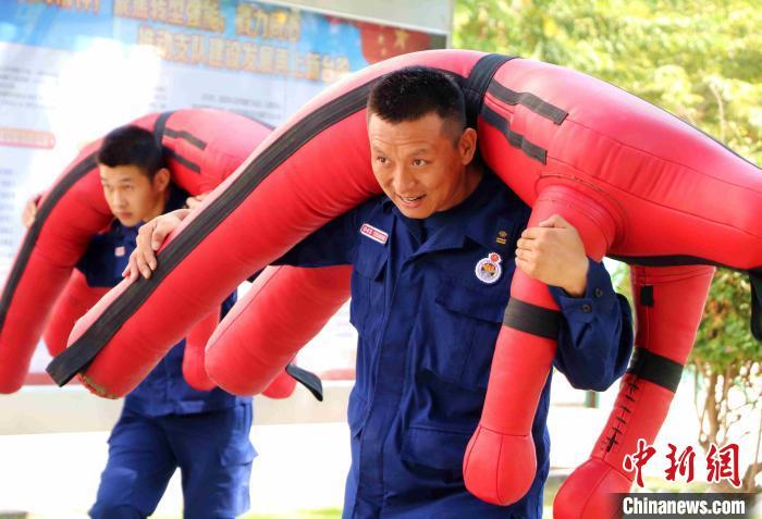 图为翁晓强在200米综合体能竞技科目练习中奋勇争先。 李袁辉 摄