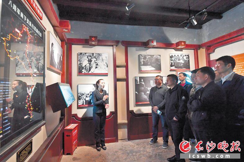 来到王震故居参观的游客络绎不绝。长沙晚报全媒体记者 王志伟 摄