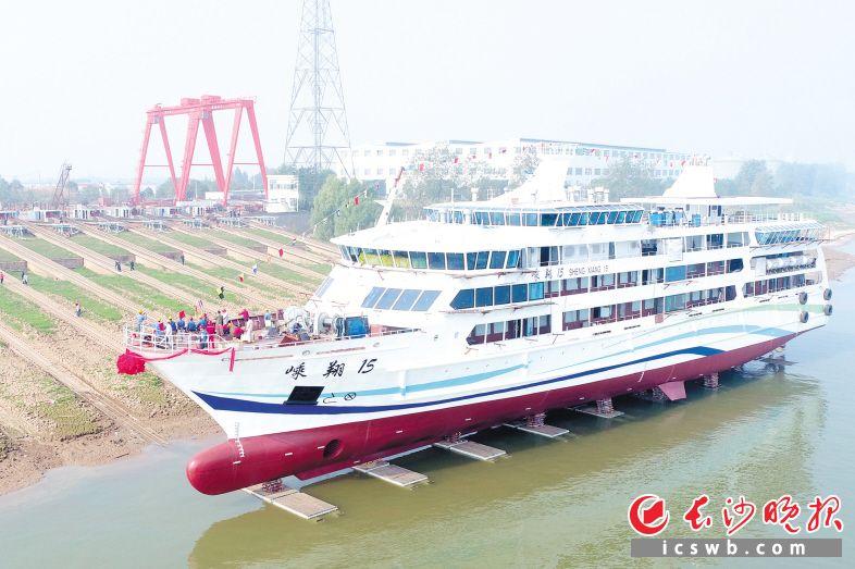 """9日上午,820客位的""""嵊翔号""""游船顺利下水。 长沙晚报全媒体记者 王志伟 摄"""