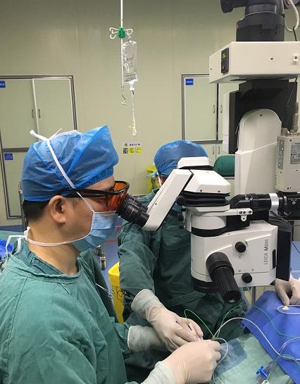 79岁老人患眼内炎,医护团队急诊为他保住眼睛