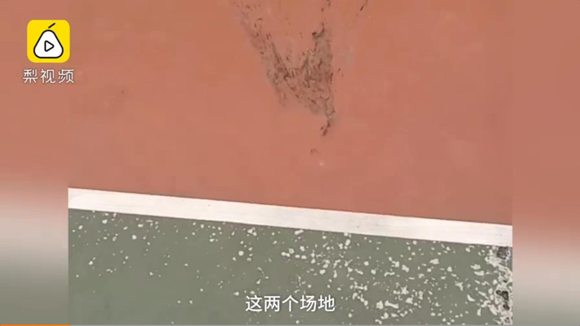 嫌学生打球影响休息,楼上一男子居然向篮球场抛粪便