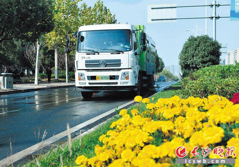 洒水车、清扫车驶过,路面一片洁净清爽。长沙晚报全媒体记者 邹麟 摄