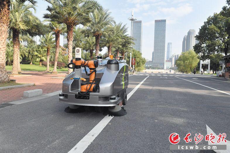 橘子洲景区配备的无人自动清扫车在规划路线内可以清扫路面垃圾,抓取道路上的塑料瓶,并精准地投入车内。 长沙晚报全媒体记者 余劭劼 摄