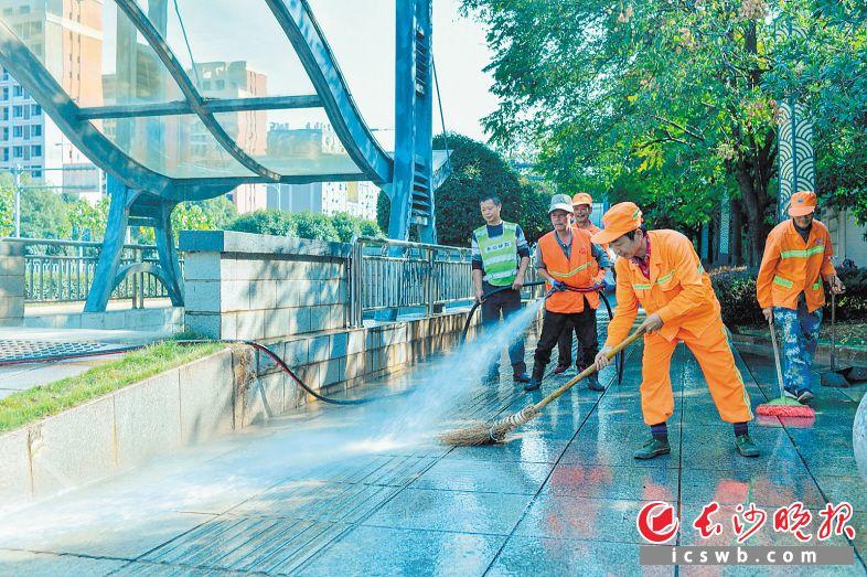 芙蓉路上,城管系统全员上路,沿线的地下通道也被清洗得干干净净。 长沙晚报全媒体记者 邹麟 摄