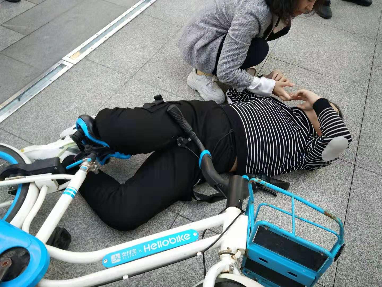 痛!长沙一11岁男孩骑共享车摔倒,车把扎进大腿