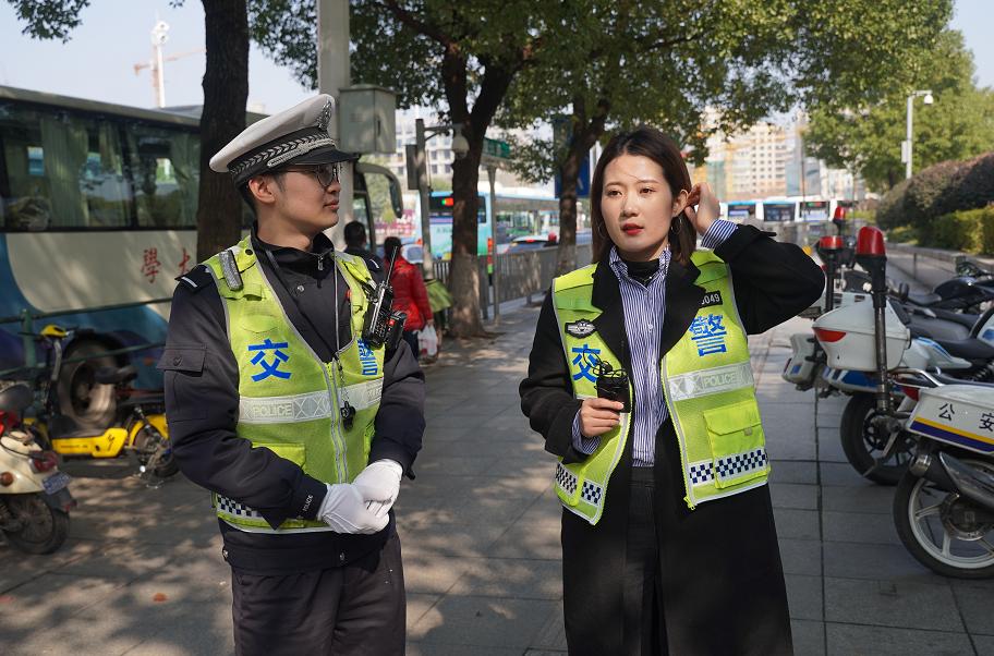 视频|本报记者体验交警手势指挥,20分钟手酸到抬不直