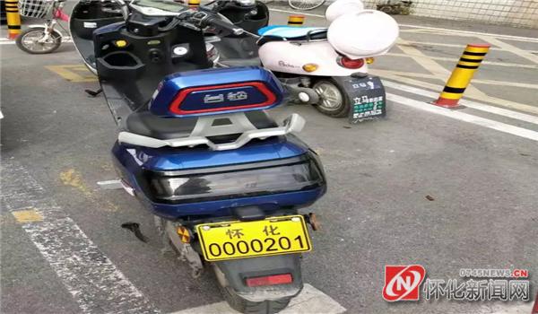 12月4日,市民吴先生领到了全市首张新国标电动自行车号牌3