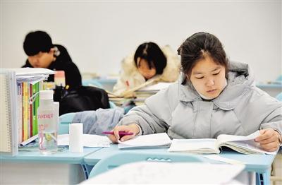 12月17日,在河北省邯郸市的河北工程大年夜学,考研门生在自习室复习。 本文图片 光嫡报