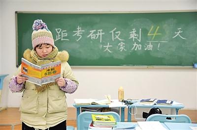 12月17日,在河北省邯郸市的河北工程大年夜学,考研门生在自习室复习。