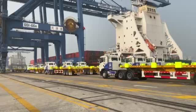 中国造!全球首次无人驾驶电动集卡整船作业成功