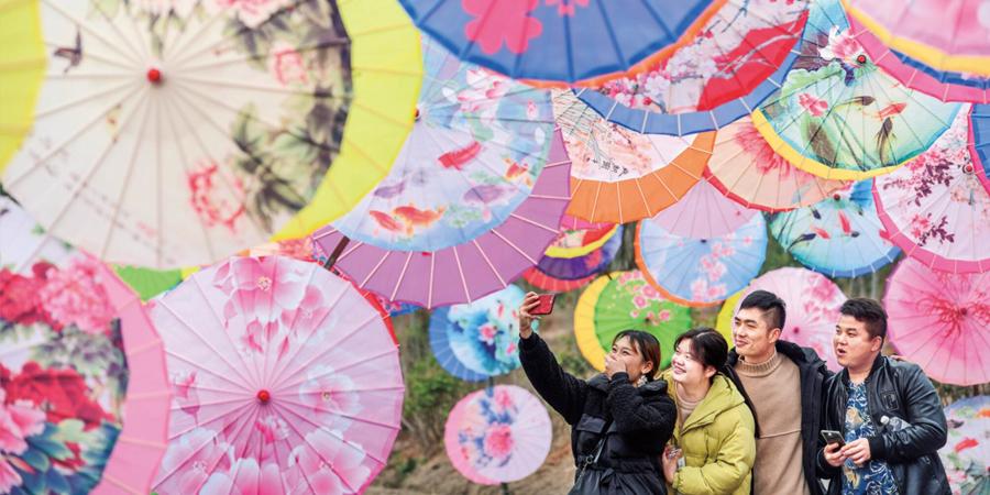 风情油纸伞 新年氛围浓
